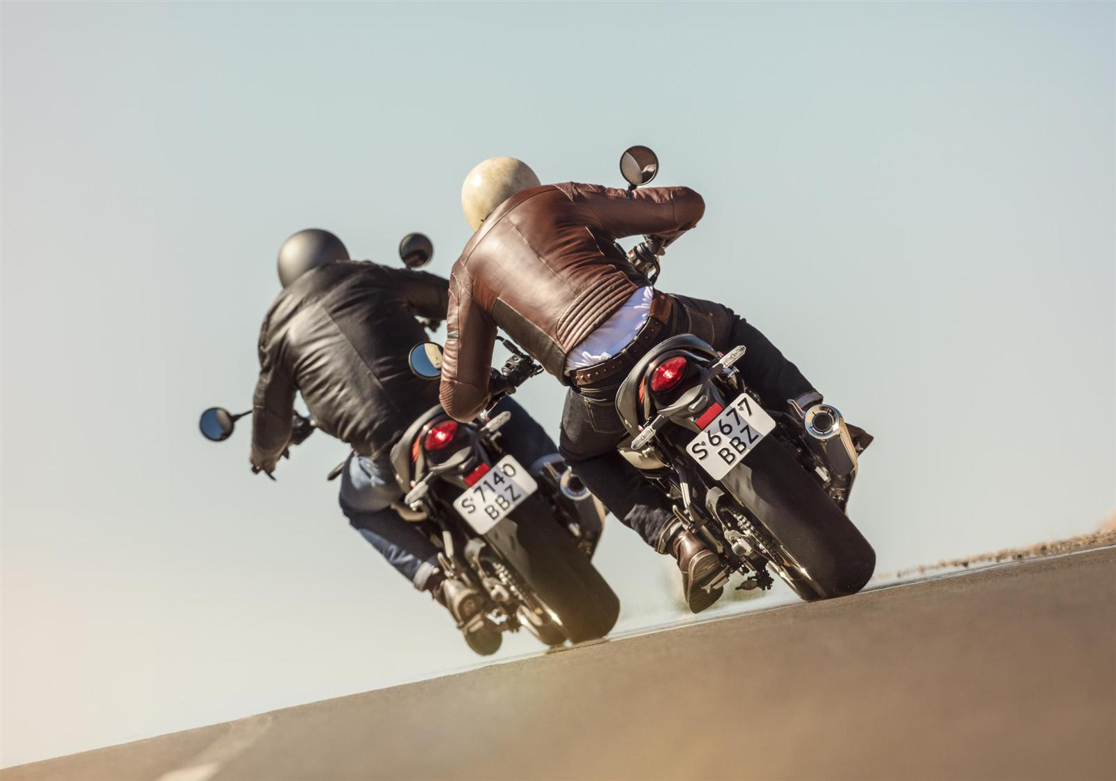 Kawasaki-Z900RS-2018-Two-Riders-Taking-The-Bend