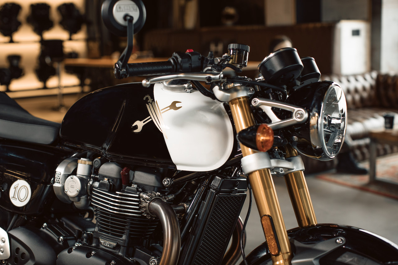 Custom Thruxton RS Front-End With Custom Graphics on the Fuel Tank