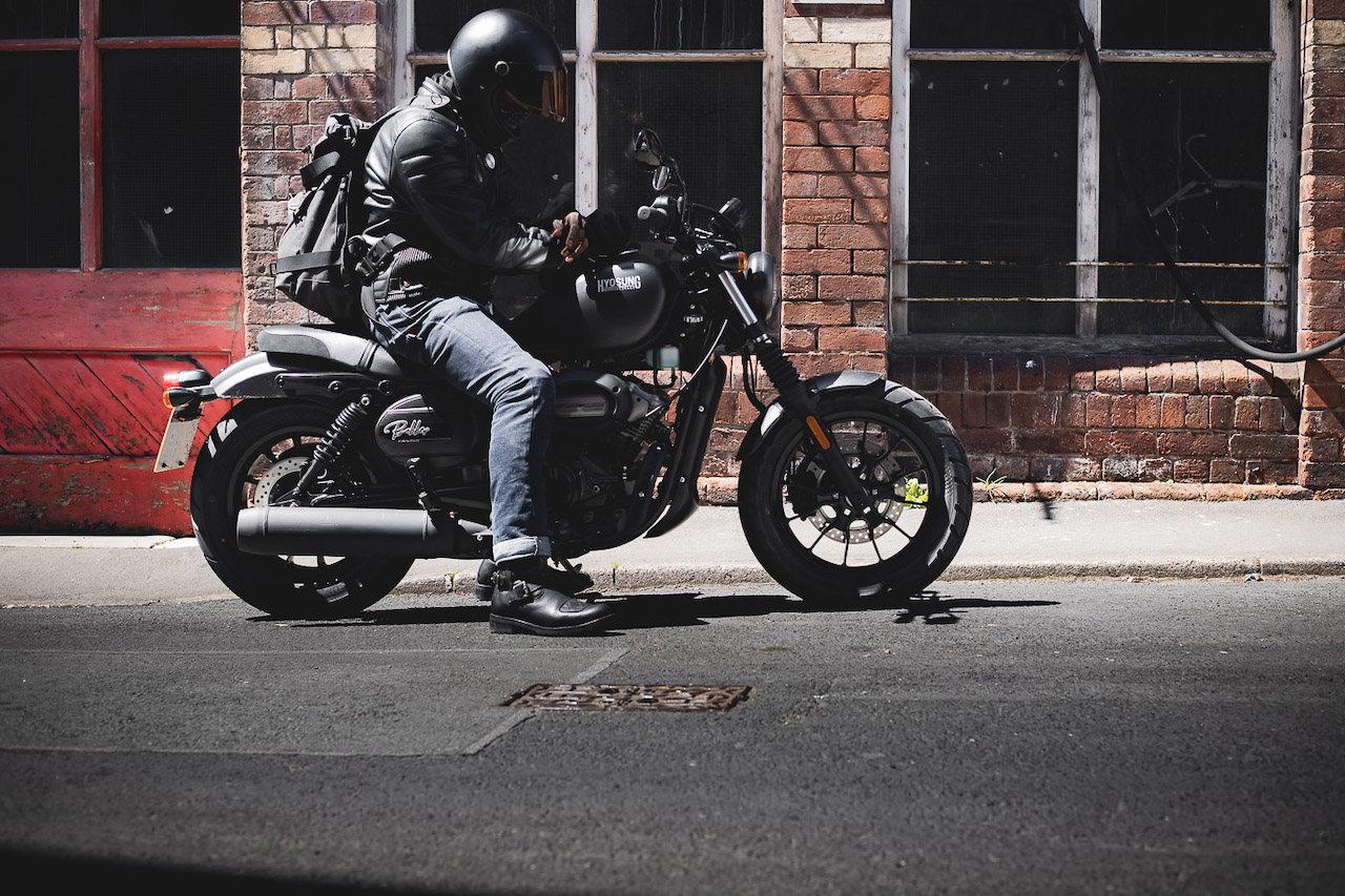 Rider flat-footing the Aquila GV125s